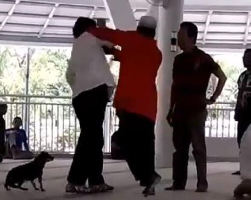 Wanita ngamuk dan bawa anjing masuk masjid pernah sakit jiwa