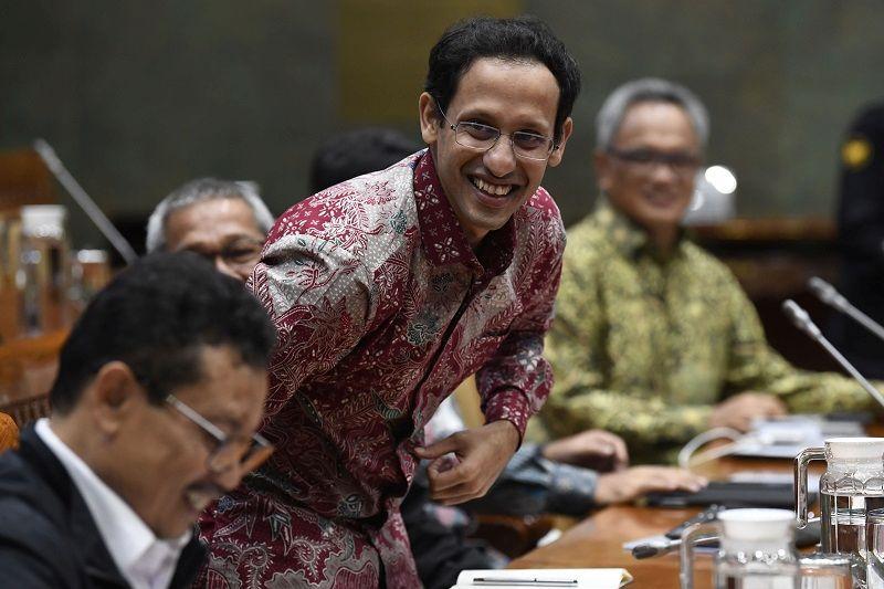 Menteri Pendidikan dan Kebudayaan Nadiem Makarim (tengah) bersama Sekjen Kemendikbud Didik Suhardi (kiri) bersiap mengikuti rapat kerja dengan Komisi X DPR di Kompleks Parlemen Senayan, Jakarta, Kamis (12/12/2019)./Foto Antara.