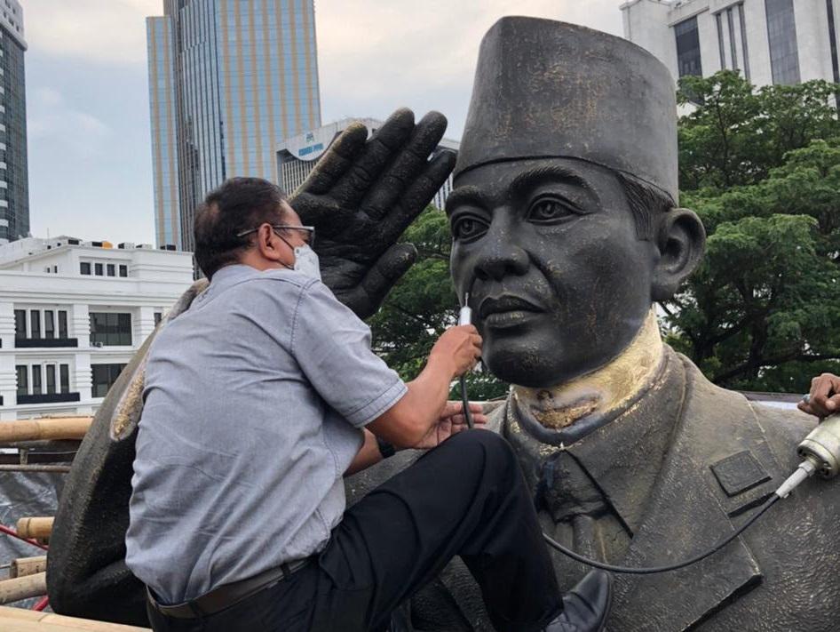 Seniman patung asal Bantul, Yogyakarta, Dunadi tengah menyempurnakan patung Bung Karno berkuda di area Kementerian Pertahanan, Jakarta Pusat. /Foto dok. pribadi